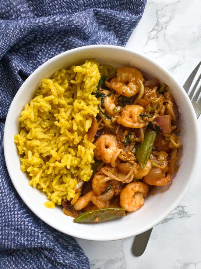 Garnalen in zoetzure saus met groenten en saffraan-rijst.